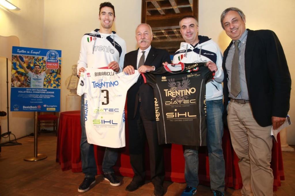 Birarelli, Mosna,  Serniotti e Castelli con le maglie  che la Trentino Diatec utilizzerà in Champions League