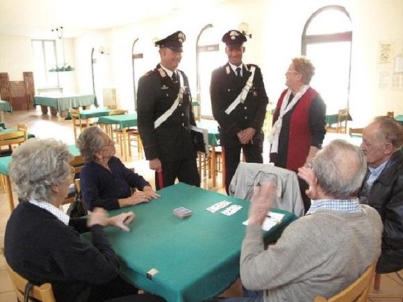 Carabinieri tra gli anziani 1