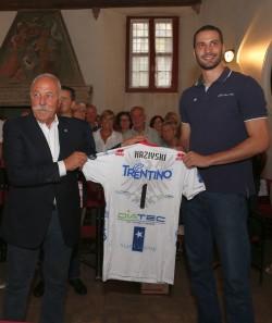 Il Presidente Diego Mosna consegna a Matey Kaziyski la maglia numero 1