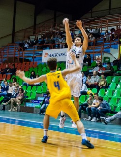 Spanghero da tre contro Cremona aquila basket trento