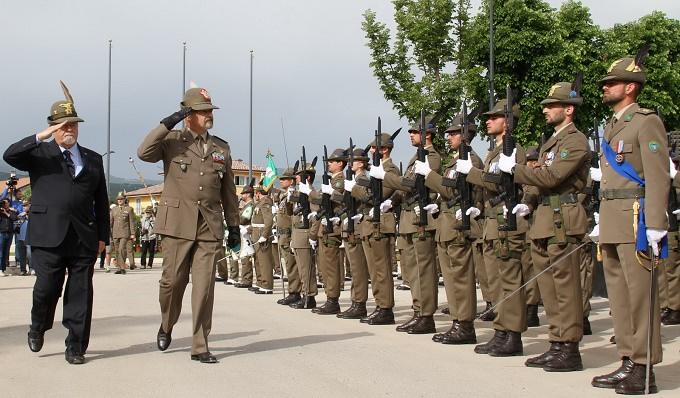 Il Comandante delle truppe alpine passa in rassegna il picchetto d'onore 10