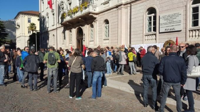 trento sciopero davanti a Provincia 1