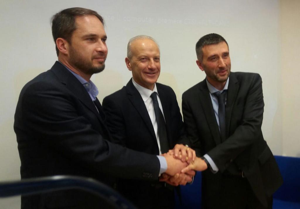 Stretta-di-mano-fra-gli-assessori-da-sin-Cristiano-Schaurli-Giuseppe-Pan-e-Michele-Dallapiccola