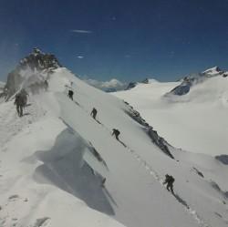 Salita alla vetta scialpinismo raid esercito