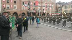 Cerimonia in piazza, in primo piano Carlo Covi con Vessillo di Trento