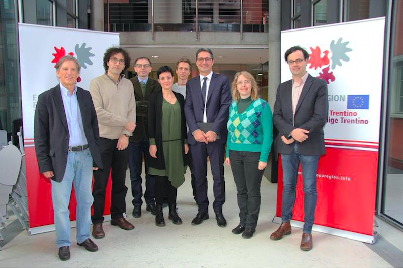 Il presidente Arno Kompatscher assieme ai ricercatori altoatesini che beneficiano del sostegno economico del Fondo Euregio per la ricerca scientifica
