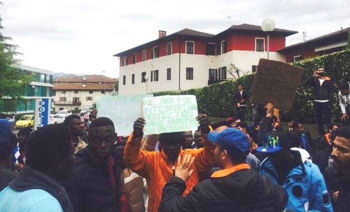 profughi Trento - protesta