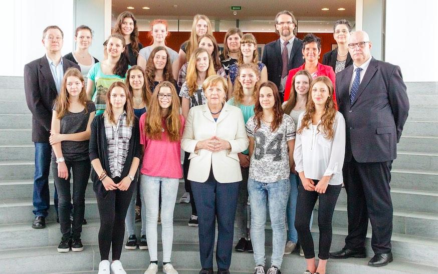 Le vincitrici del concorso internazionale con la cancelliera Angela Merkel Foto- akphotographie.de:Andreas Kirchhoff