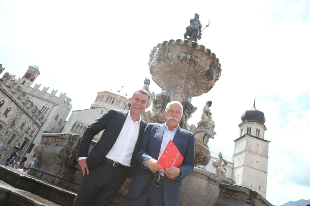 Angelo Lorenzetti ed il Presidente Diego Mosna in Piazza Duomo