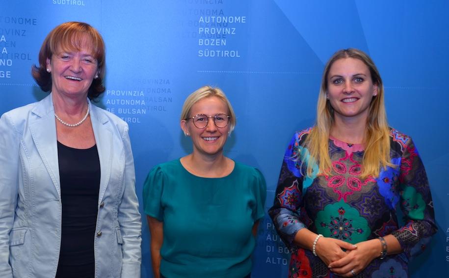 Astrid Wiest (al centro) con l'assessora Martha Stocker e la presidente della Commissione pari opportuità, Ulrike Oberhammer