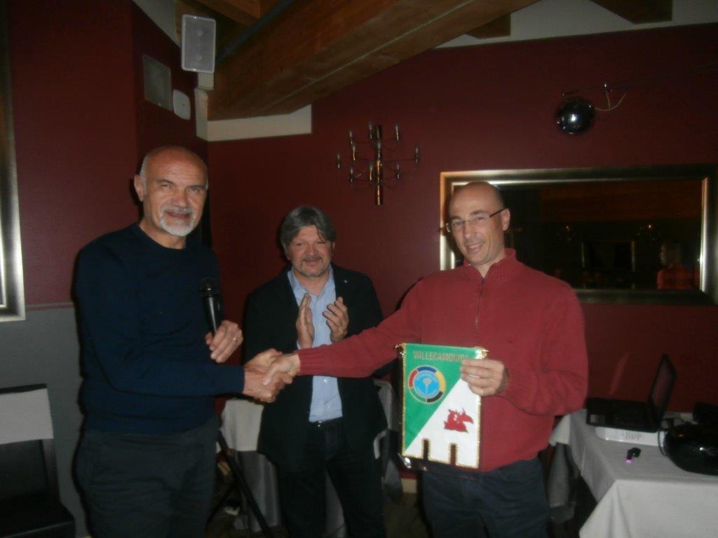 Il presidente Nezosi, il socio Panathlon Dario Domenighini e l'Istruttore CAI Giacomo Comensoli