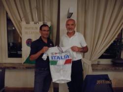 Davide Cassani consegna al presidente Nezosi la maglia azzurra di Rio 2016