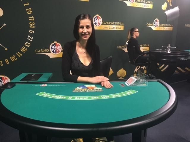 113.-a-tavolo poker texas hold'em all'interno dello Studio Live