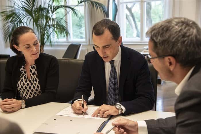 Kompatscher e Caizza firmano l'accordo nella foto © USP Barbara Franzelin