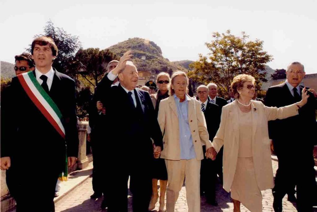 Giulia Maria Crespi con Presidente Ciampi all'inaugurazione di Parco Villa Gregoriana, Tivoli (RM), 2005 ©Presidenza della Repubblica