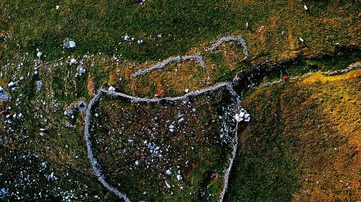Monte Campione, Bassinale, Elaborazione con filtri dell'immagine fatta con drone - insediamento antico sovrapposto dal Barecc