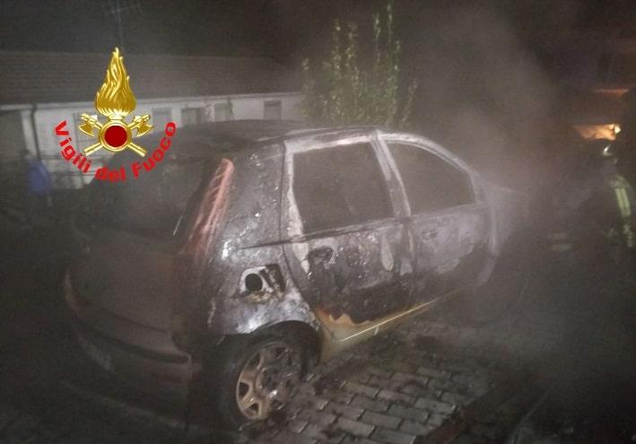 vigili del fuoco auto incendiata